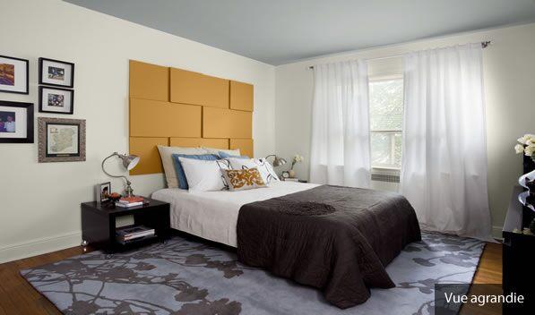 Composez une tête de lit unique à l'aide de simples panneaux de toile peints.